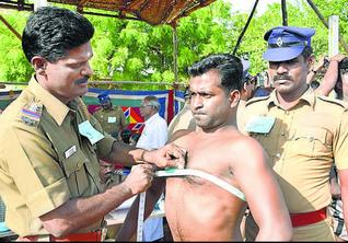 Procedure:Chest measurement being done on a police aspirant in Tuticorin on Tuesday.— Photo: N. Rajesh.