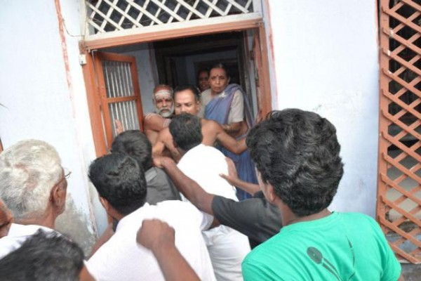 Agitators laying seige to ahouse where Thirukumaran Nadesan had performed a puja in Rameswaram on Tuesday-pic courtesy of: The Hindu