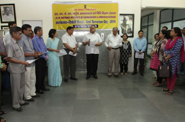 Shri Sandeep Mittal, IPS, DIG (Admin), NICFS administering the oath to the Staff and Trainees