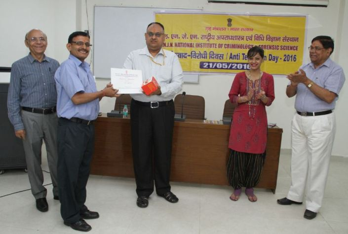 Shri Sandeep Mittal, IPS, DIG (Admin), NICFS distributing prizes to students /staff on Anti-Terrorism Day competition.