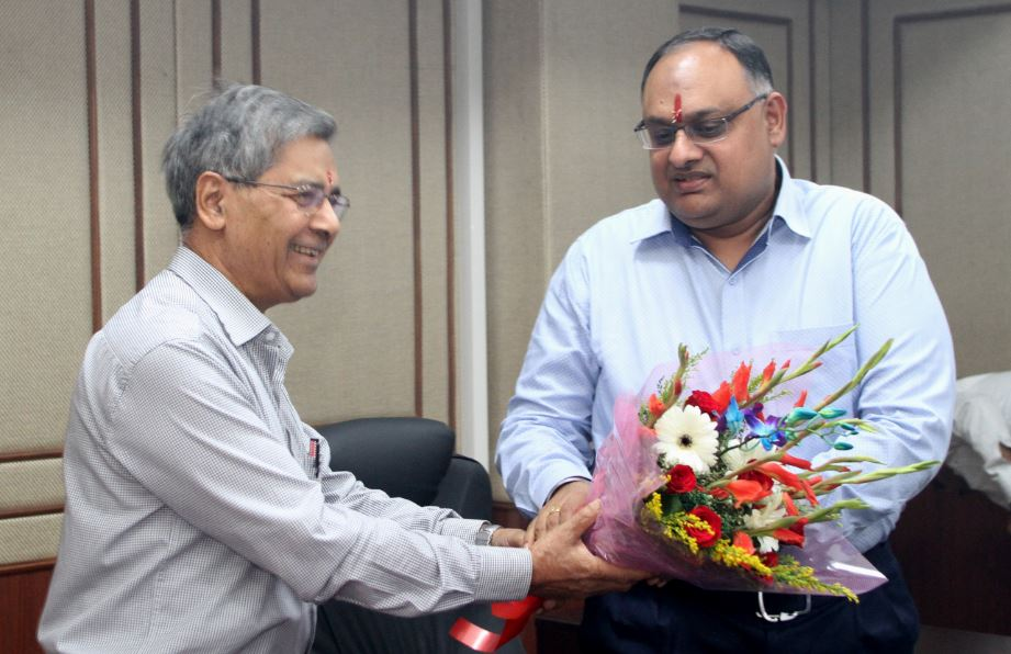 Dr. S.R. Singh, Senior Faculty member presenting a bouquet to Sh. Sandeep MIttal IPS